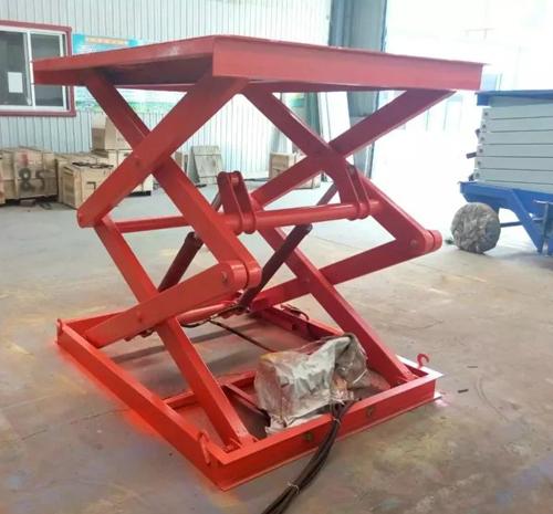 货梯产品液压系统设置防坠,上下层门互动连锁,各楼层和升降台工作台面
