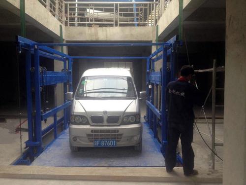 安装中的载车导轨式液压货梯