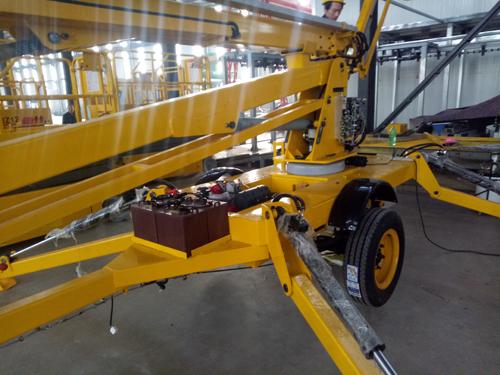 液压升降机制造厂家-济南金创升降机械公司,生产的拖车折臂式