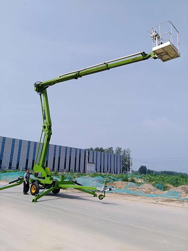 升高22米的拖车折臂式液压升降机调试中图片