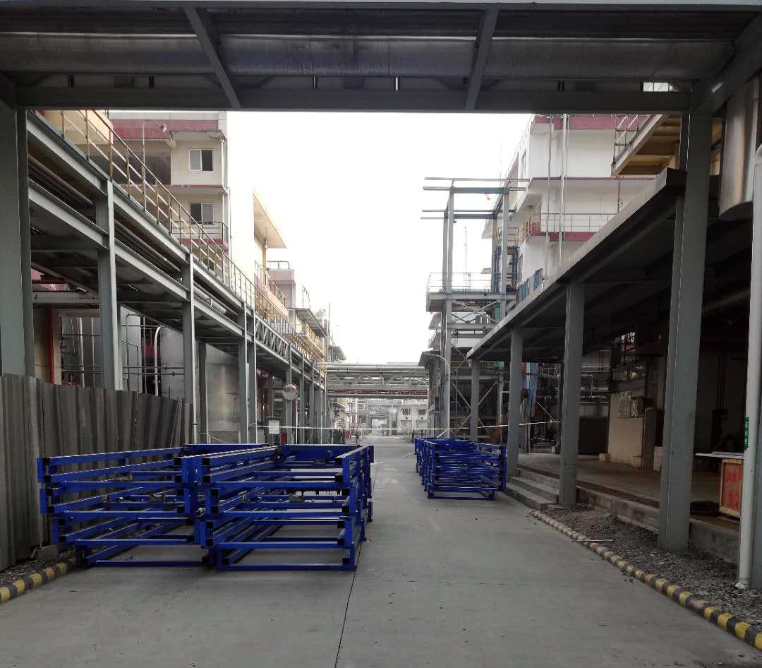 发往四川的4台导轨式货梯正在安装中