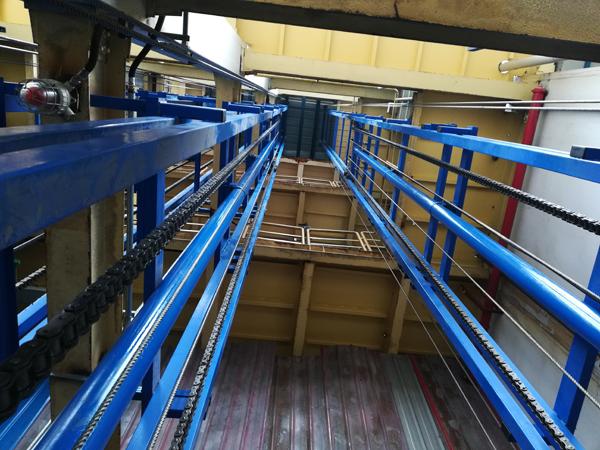 2台升高20米导轨式升降平台在重庆安装完成