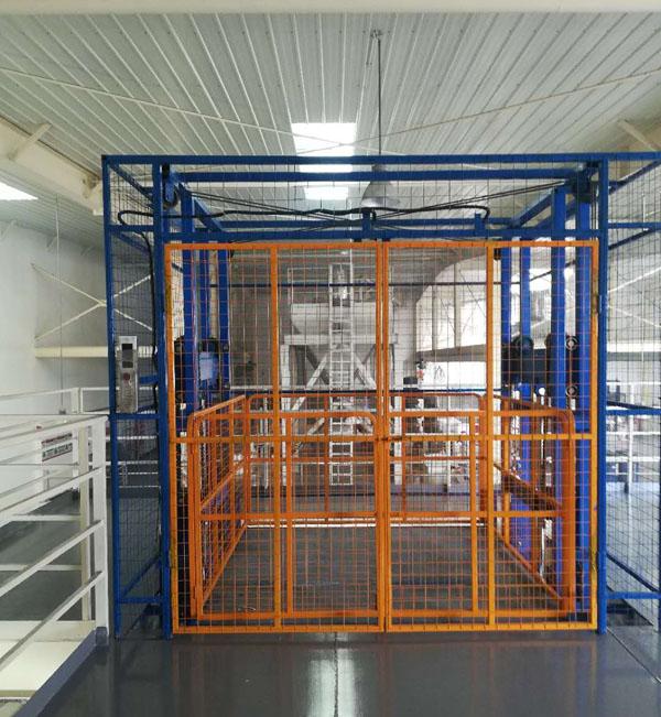 带外封网导轨式升降机在江苏涂料厂安装完成