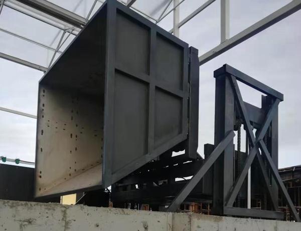 两台带料斗翻转升降平台在河北安装完成